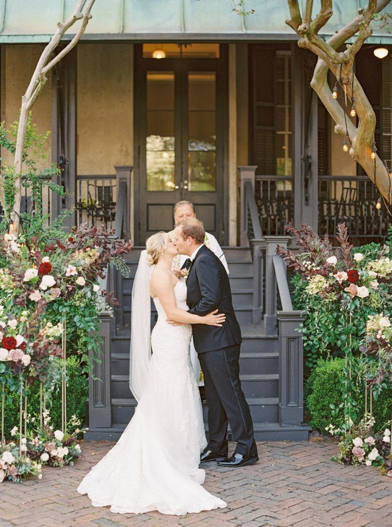 savannah-wedding-ceremony-kiss